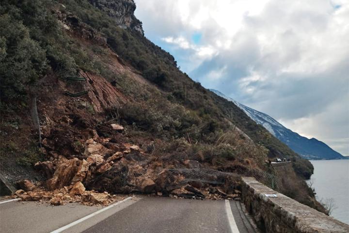 Erdrutsch versperrt Uferstraße zwischen Torbole und Malcesine