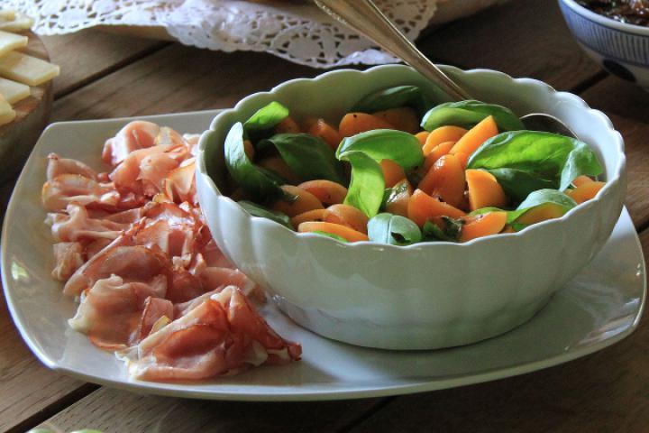 Aprikosen mit Basilikum und Schinken