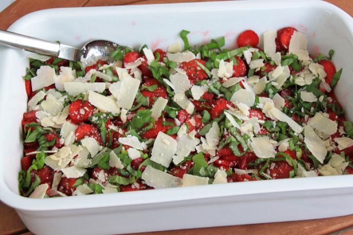 Erdbeer-Kräuter Salat mit Grana