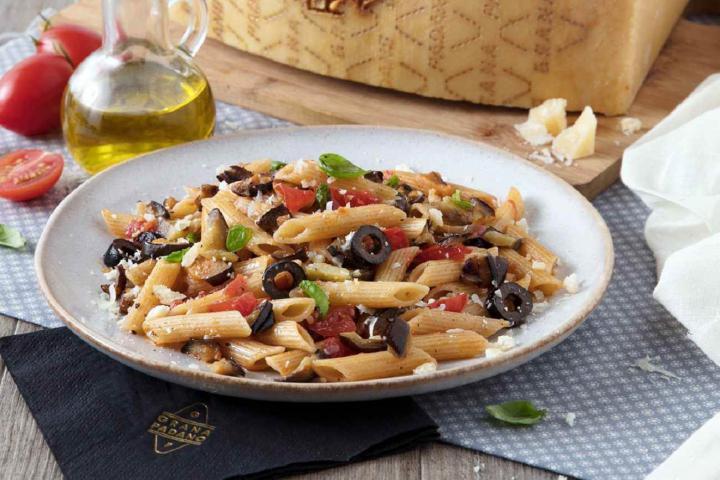 Penne mit Auberginen, schwarzen Oliven, frischen Tomaten und Grana Padano Riserva