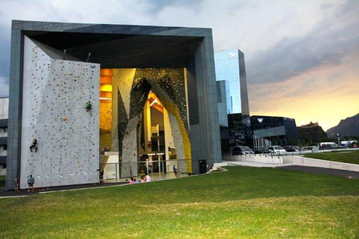 Anreise-Tipp: Salewa-Cube, Kletterhalle und Outdoor-Shop
