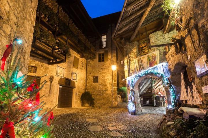 Weihnachtsmarkt im Dorf von Canale di Tenno